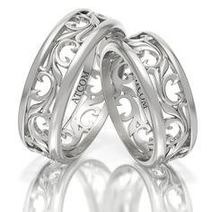 Aceasta pereche de inele de nunta contine finisaje lucioase si un model floral deosebit, expresiv si delicat executat prin printare 3D Bangles, Bracelets, Aur, Metal, Wedding Rings, Engagement Rings, Wedding Dresses, Floral, Gold Rings