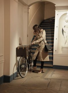 Jeanne Damas is back home with her Moynat bicycle and Réjane bag, in her apartment on rue Saint Honoré, a stone's throw from the Tuileries gardens and Concorde. Jeanne Damas, French Girl Style, French Chic, My Style, Spring Fashion, Girl Fashion, Back Home, Feminine Tomboy, Cycle Chic