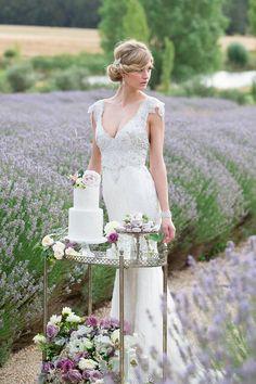 Madame Allure - inspiracje ślubne: Sesja ślubna na polu lawendy i piękne suknie Anny Campbell