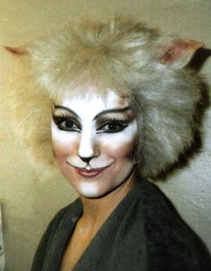Victoria The White Cat - Amanda Courtney - Davies 1986 London Cast - cats-the-musical Photo