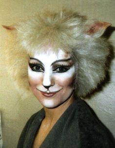 Victoria The White Cat - Amanda Courtney - Davies 1986 London Cast - cats-the-musical Photo