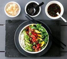 POKÈBOLLE MED LAKS OG PONZUSAUS Small Meals, Frisk, Cobb Salad, A Food, Vegetarian Recipes, Yummy Food, Mango, Dinner, Ethnic Recipes