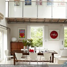 Ein dunkler Esstisch aus Holz lässt sich durch Einrichtungsgegenstände in Weiß hervorragend ergänzen. Helle Wände und Dekorelemente in Grün und Rot runden…