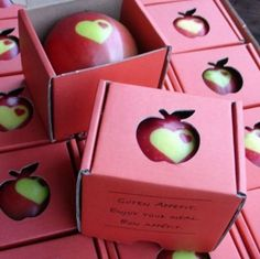 This is sooooo cool! Put a sticker on your apples while they are still green on the tree. As they ripen, the part under the sticker stays green and you have a custom stenciled apple.~fun with our apple tree~ Custom Stencils, Festa Party, Idee Diy, Making Ideas, Packaging Design, Clever Packaging, Wedding Favors, Wedding Blog, Product Design
