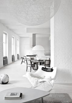 The more you look at it—the more patterns you see in this minimal black and white interior. Beautiful. Usor: Photo