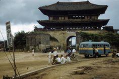Korean War during Suwon Hwaseong Fortress View Old Pictures, Old Photos, Vintage Photos, Asian History, Modern History, Korean Photo, South Gate, Suwon, Korean People