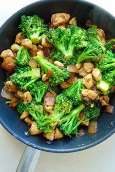 Pollo con brócoli y salsa de soja - Receta de Tasty details how to make broccoli with oriental chicken dietetici Real Food Recipes, Diet Recipes, Chicken Recipes, Cooking Recipes, Healthy Recipes, Healthy Snacks, Healthy Eating, Deli Food, My Favorite Food