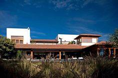 fachada al campo de golf: Casas de estilo Moderno por Taller Luis Esquinca