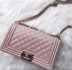 Chanel-Tasche, Chanel Taschen- und Schuhkollektion www. Chanel Handbags, Purses And Handbags, Chanel Bags, Coco Chanel, Chanel Pink, Ladies Handbags, Chanel Le Boy, Chanel 2017, Burberry Handbags