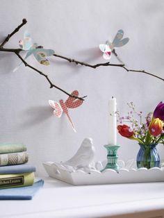Mit diesen Papierlibellen zieht der Frühling bei Ihnen zu Hause ein. Dank unserer einfachen Faltanleitung können Sie die Libellen einfach selber basteln.