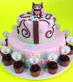 Mini cupcakes acompanhando bolo corujinha para chá de bebê / Mini cupcakes with owl cake for a baby shower