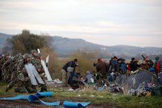 Blockade auf der Balkanroute: Flüchtlinge reißen Grenzzaun zu Mazedonien nieder - SPIEGEL ONLINE - Politik