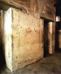 Lupanar conservado en Pompeya situado cerca del foro y del mercado. A modo de indicación, cada prostituta, a la entrada de su fornice o celda, tenia un dibujo refrente a su especialidad sexual. El público puede admirarlos ahora dentro de las ruinas regulares de Pompeya.