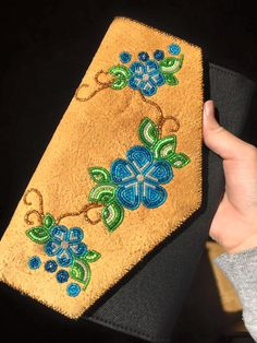 Beaded hide strap :o ideas Indian Beadwork, Native Beadwork, Native American Beadwork, Native Beading Patterns, Beadwork Designs, Beading Projects, Beading Tutorials, Beaded Bags, Beaded Purses