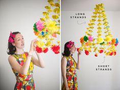 ebras con dibujos de papel de seda y pajas se unen a un aro de alambre para crear este accesorio festivo.