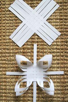 Estrella en papel con tiras de 1,5x28 cm. http://www.remppahaikara.blogspot.fr/2011/11/kolmen-tahden-paiva.html