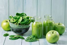 9 Best Green Smoothie Books For Fat Loss & Natural Energy; Green smoothie with spinach and apples Detox Diet Drinks, Detox Juice Cleanse, Natural Detox Drinks, Detox Juices, Smoothie Cleanse, Detox Recipes, Smoothie Recipes, Juice Recipes, Detox Verde