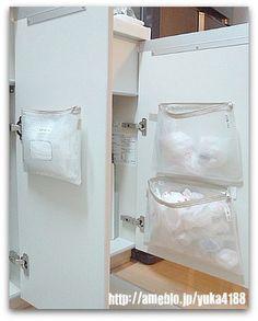 上手にたためないけど人には見せたくない…という方にも、ビニールケースはおすすめ。両面テープでキッチン戸棚の裏に貼り付ければ完成です!
