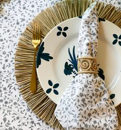 Setting a Table with India Amory — Simply Elegant Dinner Table, A Table, Breakfast Table Setting, Dining Plates, Dressing Your Table, Indian Block Print, Beautiful Table Settings, Flower Market, Tablescapes