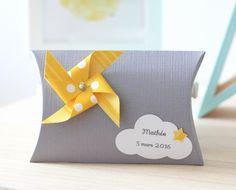 Boîte à dragées moulin à vent et nuage, coloris gris et jaune : Autres papeterie par latelierdesconfettis