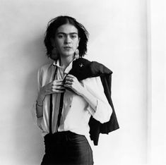 Está manipulada pero es genial http://dangerousminds.net/comments/frida_kahlo_as_patti_smith_or_vice_versa