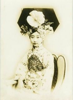 Chinese princess in Qing dynasty. Noble women wore big pileum like this. Vintage Pictures, Old Pictures, Old Photos, Chinese Culture, Chinese Art, Chinese Style, Chinese Bride, Chinese Painting, Geisha