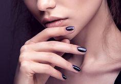 Esmaltes escuros: mais de 40 opções de roxo, azul e preto para colorir as unhas