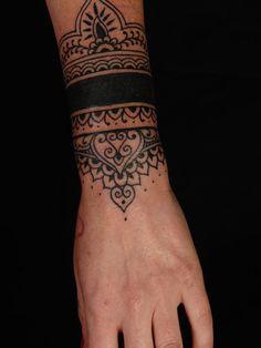 tatouage bracelet mandala sur http://tatouagefemme.eu/tatouage-poignet-femme/