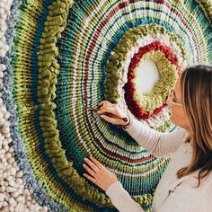 TAMMY KANAT Los TEXTILES PARA PARED de esta artista enamoran a las celebrities Textile Fiber Art, Textile Artists, Loom Weaving, Tapestry Weaving, Sewing Art, Sewing Crafts, Circular Weaving, Quilt Festival, Weaving Projects