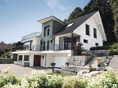 Einfamilienhaus mit Hanglage • Architektenhaus von WeberHaus • Modernes Einfamilienhaus mit Satteldach und zwei Eingängen • Jetzt bei Musterhaus.net informieren!