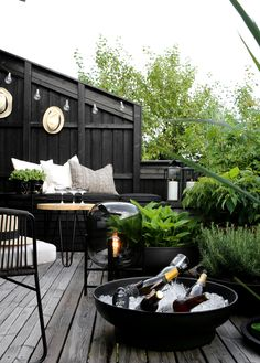 TV GARDEN DESIGN AT - Therese Knutsen, F R I D A YLet the lounging begin Enjoy you weekend everyoneAnd thank you to the wonderful Marianne inspirasjonsguidennorge for sharing this picture e. Outdoor Areas, Outdoor Rooms, Outdoor Living, Outdoor Decor, Small Outdoor Spaces, Outdoor Lounge, Small Spaces, Casas Containers, Patio Interior