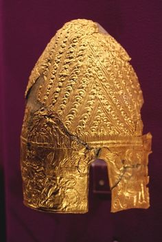 Dacian Gold helmet from Cucuteni, Dacia, BC, 70 pieces of gold weighting kg. National Museum of Romanian History, Bucharest. Elmo, European Tribes, Ancient Armor, Central And Eastern Europe, Gold Ornaments, National Museum, National History, Ancient Artifacts, Before Us