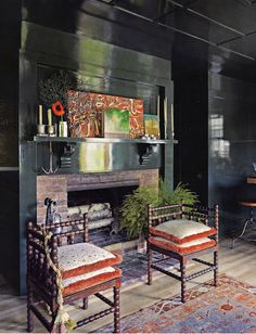 lacquer walls. Love this look especially in these dark, moody colors. Perfect for a dining room with ambient lighting