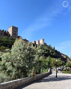 """O grande """"tesouro"""" de GRANADA - Espanha é a sua cidade murada ALHAMBRA (foto) belíssimo complexo palaciano e fortaleza sede da antiga Dinastia Násrida e da corte do Reino de Granada. .  Compre antecipadamente seus ingressos para visitá-la (são muito concorridos e há limitação de número de pessoas) .  Existem visitas diurnas e noturnas - ambas espetaculares! .  Recomendo. .  www.porondeando.com  #destinosimperdiveis #travel #viagem #porondeando #blogdeviagens #porondeando_leoavelar…"""