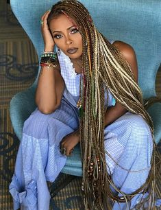 All styles of box braids to sublimate her hair afro On long box braids, everything is allowed! For fans of all kinds of buns, Afro braids in XXL bun bun work as well as the low glamorous bun Zoe Kravitz. Box Braids Hairstyles, Try On Hairstyles, Black Women Hairstyles, Hair Updo, Dreadlock Hairstyles, Wedding Hairstyles, Curly Hair, Long Hair, Festival Hairstyles