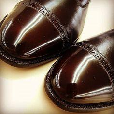 2016/10/10 21:15:23 takei0201 【革靴の#ハイシャインポリッシュ ✨👞✨】 靴磨きを始めて半年経過→インスタを始めて もうすぐ2ヶ月が来ますが、靴が輝いている表現を 色んな方が 様々な表現をされているので 勝手に✴でランク付けしてみました ◾ツルツル✴ ◾ピカピカ✴✴ ◾ツルピカ✴✴✴ ◾トゥルティカ✴✴✴✴ ◾ちゅるるん✴✴✴✴✴ ✴3つのツルピカはカーフ🐮系の果てしなく深い光沢の表現✨ ✴4つのトゥルティカは#コードバン 🐴特有の鈍くて深~い 夜の水面の様な光沢の表現(のハズ)🌊 ✴5つの#ちゅるるん に至っては もうゼリーかリンゴ飴の様な・・もう 靴じゃないぞ‼ 正にプロの手仕事から繰り出される超絶技巧の表現⚡ ✴✴✴以上を 常に安定して 左右差無く仕上げられる様に、毎日少しずつでも靴を磨きたいです_(^^;)ゞ #恥ずかしいオッサンの頭の中#その情熱を仕事に向けてれば今頃・・#オールデン#靴磨き#靴バカ#alden#coadvan#shoeshine#シューケア自慢
