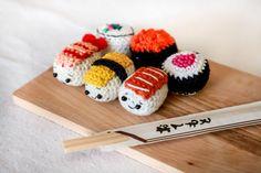 Sushi Nigiri - Schema in italiano di uncinetto Verde Smeraldo Amigurumi Tutorial, Amigurumi Patterns, Dou Dou, African Flowers, Sushi, Barbie Dress, Crochet Dolls, Giraffe, Verde Smeraldo