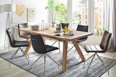 Stół Lauris to spotkanie klasyki z nowoczesnością, dzięku umocowaniu blatu z litego drewna dębowego na stelażu ze stali.