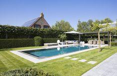 Buitenzwembad in mosaïek met exclusieve outdoor design furniture