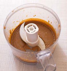 La pâte praliné est très facile à faire avec notre recette. Il vous faudra juste deux ingrédients : des noisettes torréfiées, un caramel cuit à sec et un bon mixeur. Avec le praliné, faites un Paris-Brest, un Gâteau russe, des petits choux, des muffins potiron pralin...