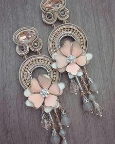 haiku e mini Haiku Soutache Jewelry, Beaded Jewelry, Handmade Necklaces, Handmade Jewelry, Beaded Earrings, Beaded Bracelets, Pearl Necklace Designs, Shibori, Beautiful Earrings