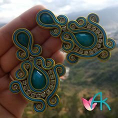 Obraz może zawierać: chmura Soutache Pendant, Soutache Earrings, Motifs Perler, Fabric Jewelry, Bangles, Bracelets, Earrings Handmade, Jewerly, Diy And Crafts