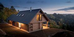 Czech Chalet – dřevostavba v alpském stylu v českých horách House In The Woods, My House, Bungalow House Plans, Wooden Cabins, Metal Homes, Prefab Homes, Cottage, House Design, House Styles