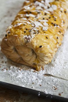 Give your Christmas dessert leftovers, if there was any, a second life with this easy strudel recipe. Easy Strudel Recipe, Strudel Recipes, Christmas Desserts, Christmas Goodies, Christmas Candy, Christmas Baking, Christmas Recipes, Christmas Tree, New Years Dinner Party