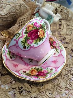 Beautiful tea cup ande saucer c Teapots And Cups, Vintage Cups, China Tea Cups, My Cup Of Tea, Chocolate Pots, Tea Cup Saucer, Drinking Tea, Afternoon Tea, Tea Time