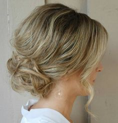 4 Low Loose Curly Bun - Hairstyles Fashion and Clothing Messy Bun For Short Hair, Short Hair Styles Easy, Short Hair Updo, Curly Bun, Medium Hair Styles, Upstyles For Short Hair, Messy Bun Hairstyles, Hairstyles With Bangs, Wedding Hairstyles