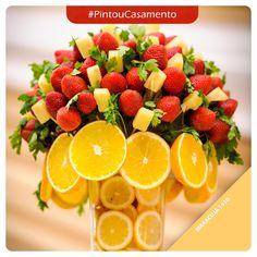 Ainda não decidiu o estilo de decoração da sua festa de casamento? Um lindo arranjo com frutas para mesa é ideal pra quem agendou a festa no verão! #PintouCasamento #Wedding #Decor