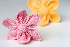 Kijk wat ik gevonden heb op Freubelweb.nl: een gratis haakpatroon van Yarn Twist om deze mooie bloemen in origami stijl te maken https://www.freubelweb.nl/freubel-zelf/gratis-haakpatroon-bloem-4/