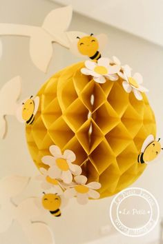 Child theme bee decoration in 2020 Mommy To Bee, Bumble Bee Birthday, Baby Birthday, Decoration Creche, Bee Crafts, Baby Party, Baby Shower Themes, Bumble Bee Decorations, School Decorations