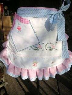 Cute apron made with vintage linens. I would prefer it even more simple, with the ruffle and the waistband... no need for more. Maybe a cell phone pocket :)